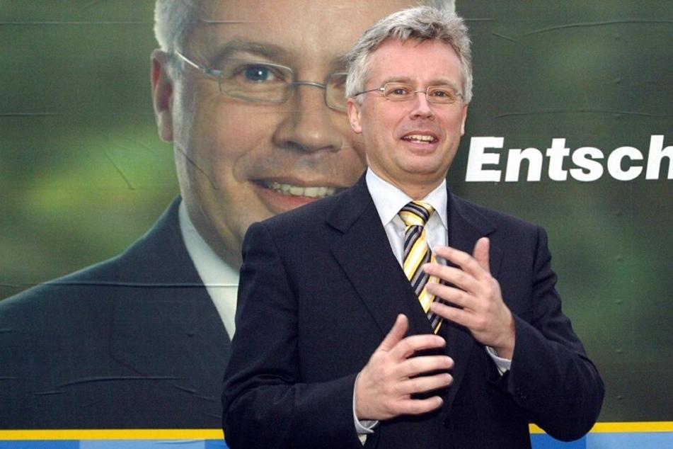 Ulrich Keßler posierte 2005 vor seinem Wahlplakat. Im OB-Wahlkampf holte er damals nur 2,4 Prozent der Wählerstimmen.