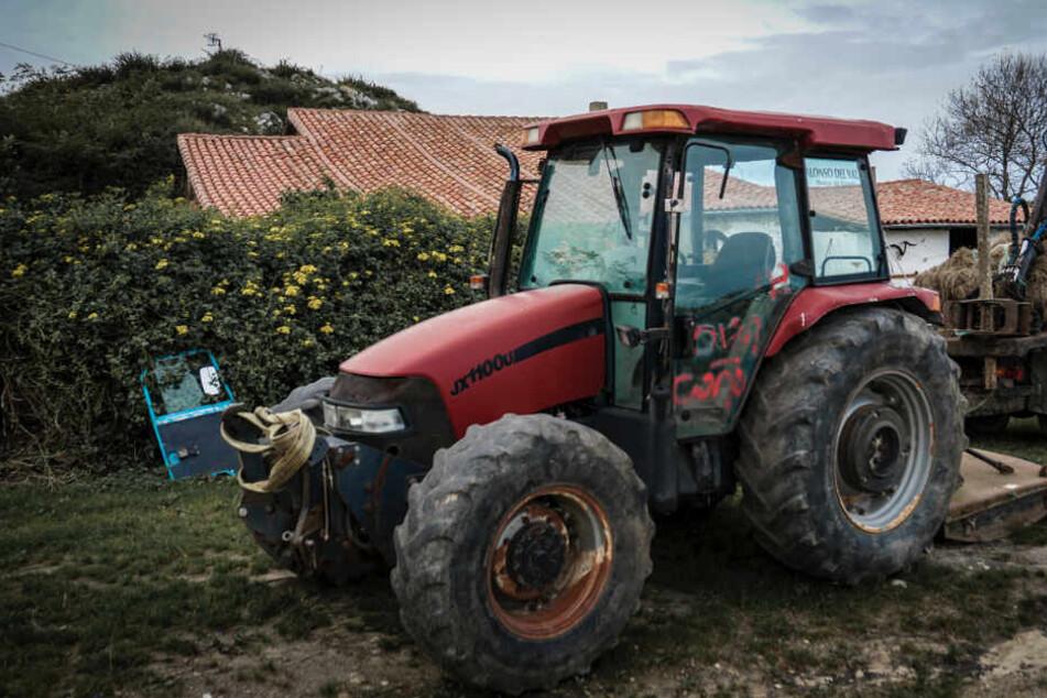 Jugendlicher baut Unfall mit Traktor: Beifahrer (17) unter Maschine begraben