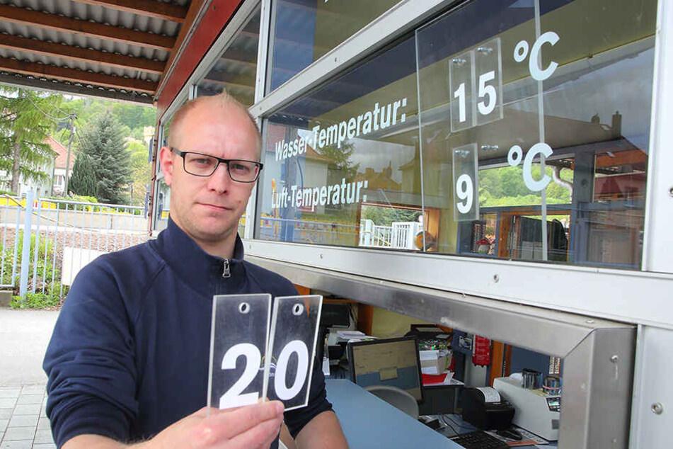 Kassierer Norman Christmann (33) hätte lieber 20 Grad. Doch der Stausee ist davon noch weit entfernt.
