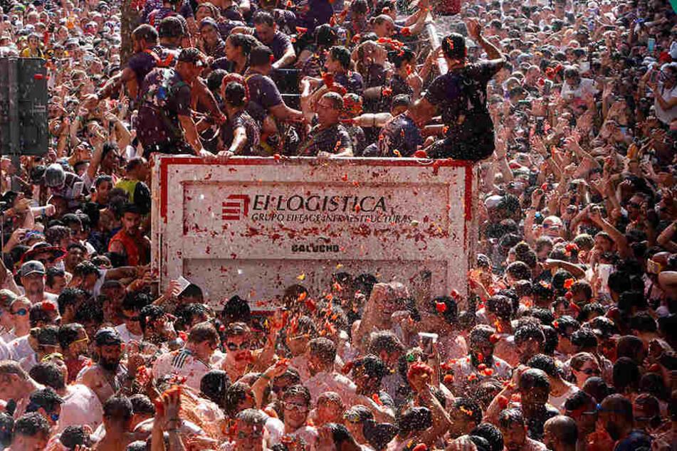 Etwa 22.000 Spanier und Besucher aus aller Welt bewarfen sich zwischen 11 und 12 Uhr in dem kleinen Ort, der zirka 40 Kilometer westlich von Valencia liegt, mit etwa 145 Tonnen überreifen Tomaten.