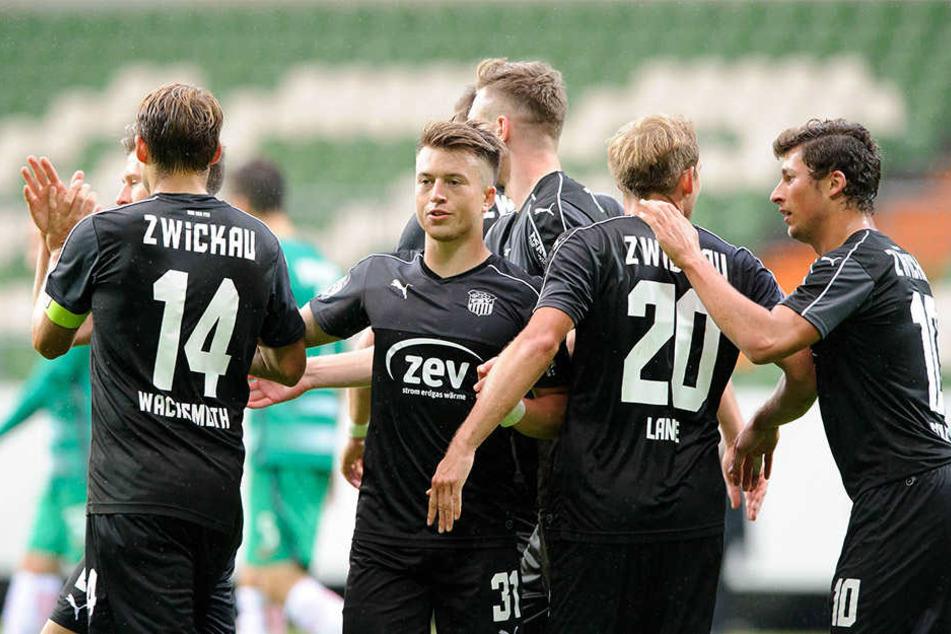 Die Zwickauer Spieler bejubeln einen der drei Treffer in Bremen.