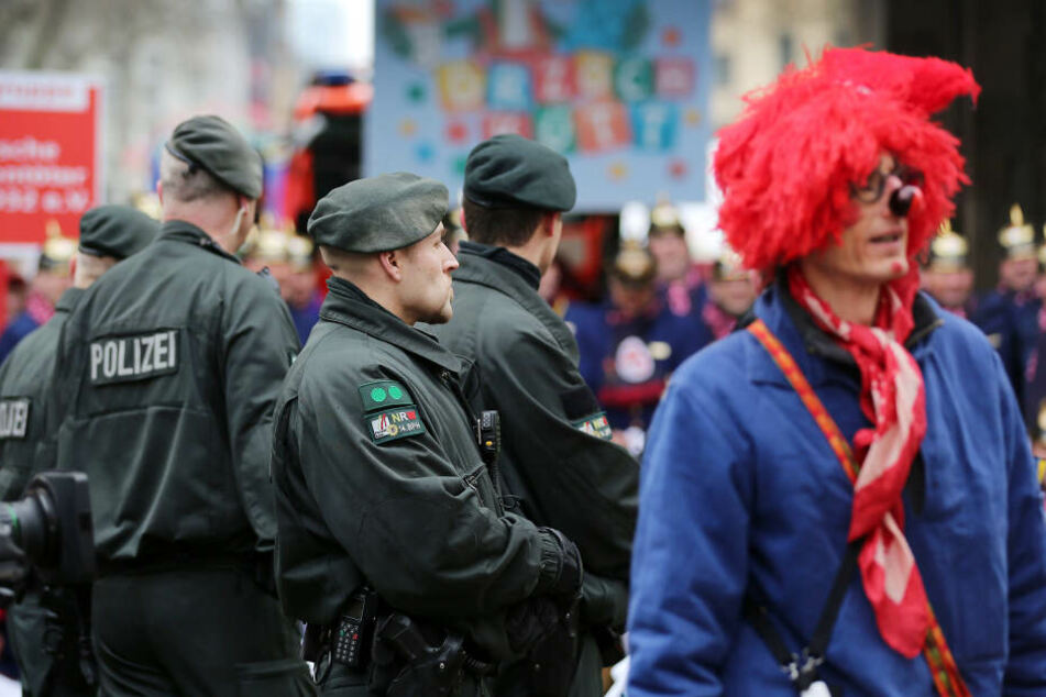 Die Kölner Polizei ist an Weiberfastnacht mit über 1000 Beamten im Einsatz (Archivbild).