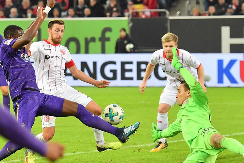 Das zwischenzeitliche 1:1 in Düsseldorf: Ridge Munsy grätscht in eine Hereingabe von Cebio Soukou und befördert den Ball letztlich mit der Brust in den Fortuna-Kasten.