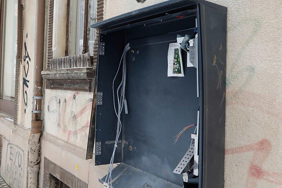 Zwei Maskierte haben aus dem Automat Geld und Zigaretten geklaut. (Archivbild)