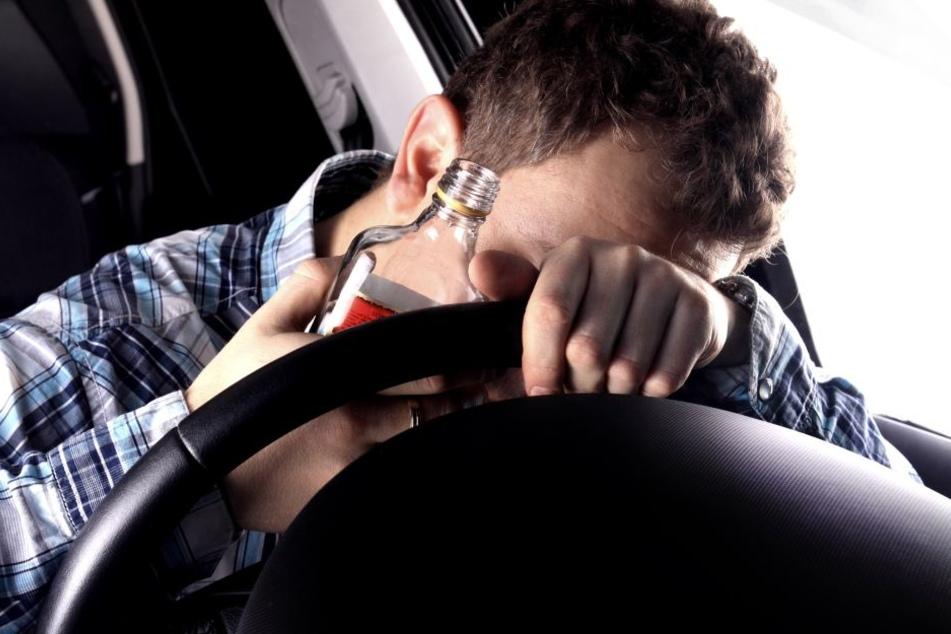 Der betrunkene Autofahrer blieb mit seinem Auto stecken. (Symbolbild)