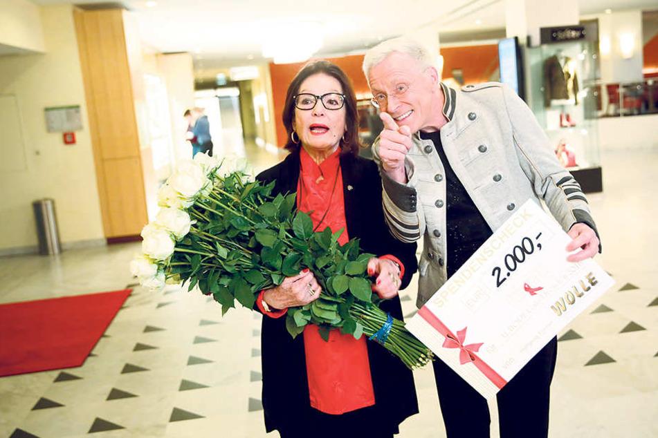 Da staunt Nana Mouskouri (82) nicht schlecht: Wolle Förster (62) überrascht sie mit einem Scheck und 50 weißen Rosen - vorher eigenhändig entdornt.