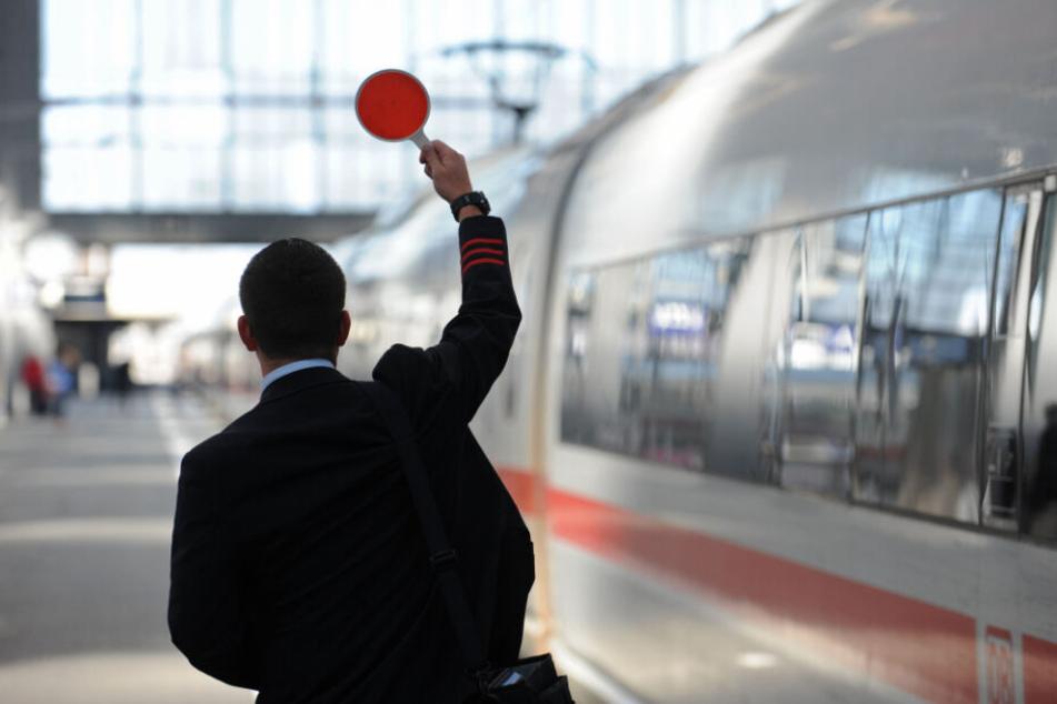 Ein Zugbegleiter sorgte mit seiner Durchsage für große Empörung.