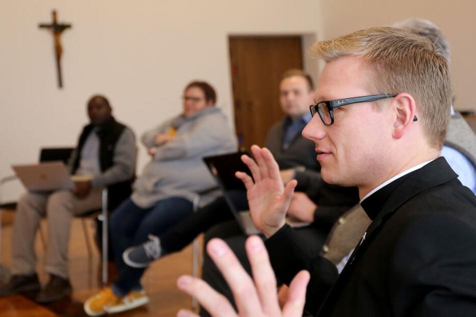 Katholische Priester werden in einem Seminar zu Social-Media-Influencern ausgebildet.