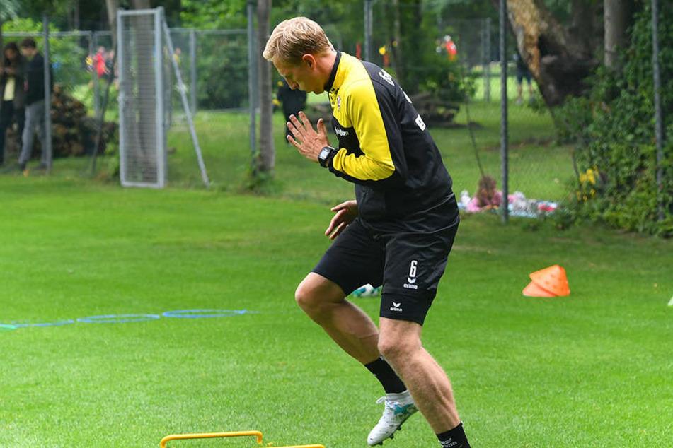 Geschicklichkeitslauf! Dynamo-Kapitän Marco Hartmann beim Training im Großen Garten.