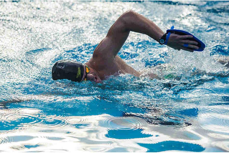 Im Freibad Bernsdorf schwimmt Joseph Heß (29) an sechs Tagen in der Woche bis zu 30 Kilometer.