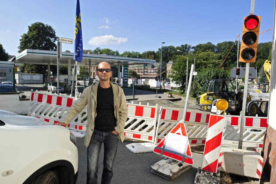 Alles dicht: Uwe Saupe (53) beklagt sich über die gesperrte Straße.
