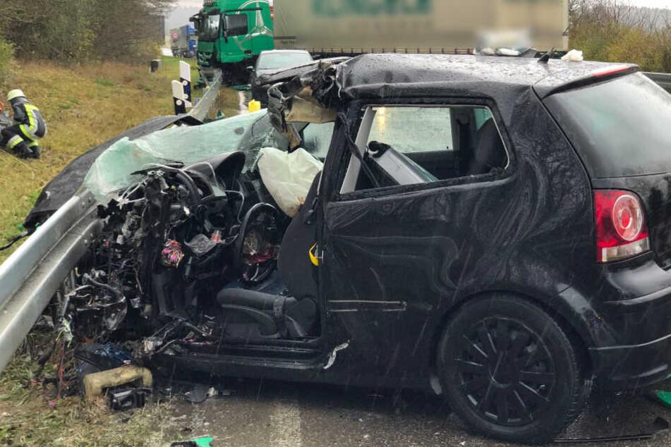 Der 19-jährige Fahrer musste aus dem VW Polo geschnitten werden.