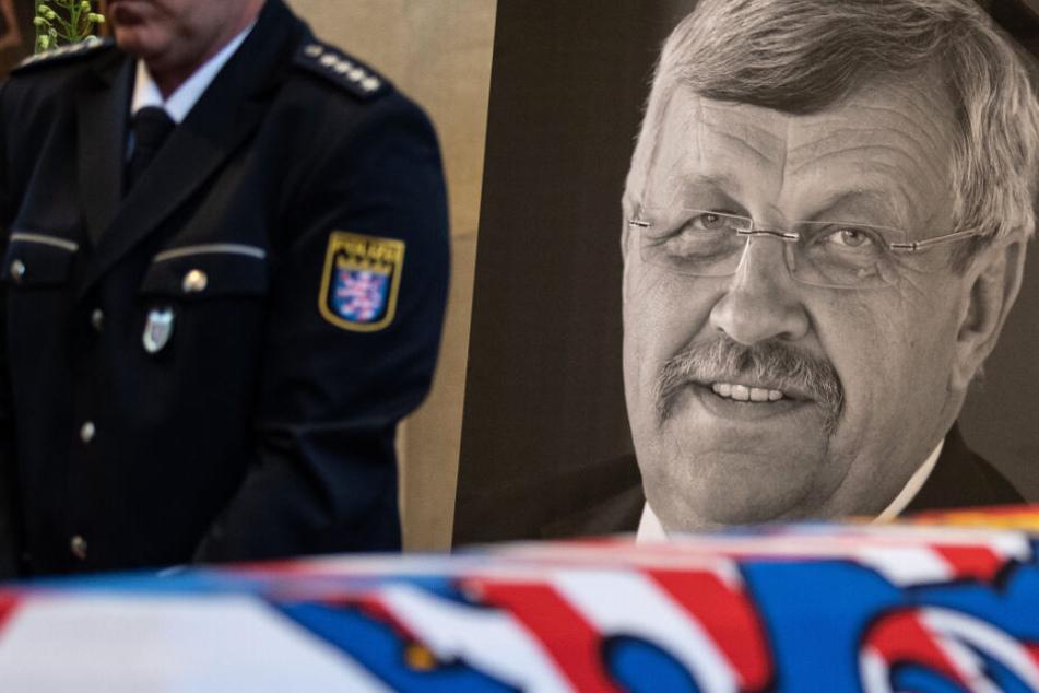 Ein Foto von Walter Lübcke wurde am 13. Juni bei einem Trauergottesdienst in der Martinskirche in Kassel gezeigt.