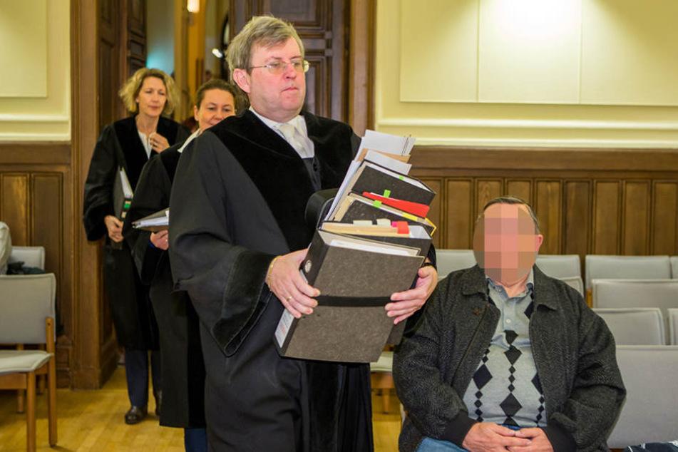 Hat an den Prozessakten schwer zu tragen: Hans Jagenlauf, Vorsitzender des  Schwurgerichts.
