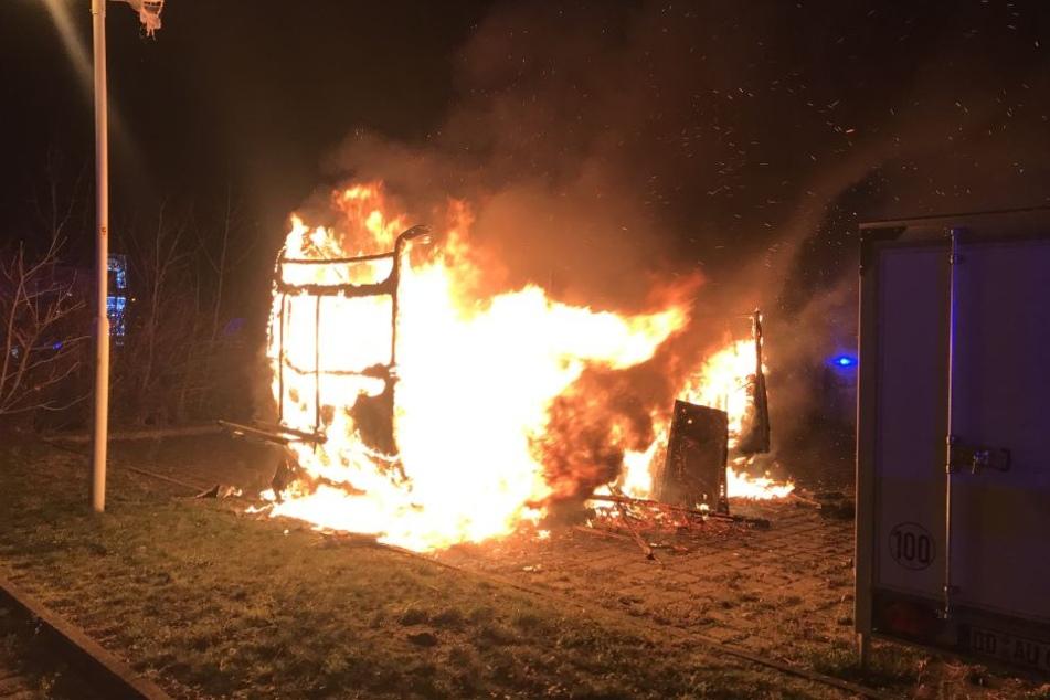 Neben Tankstelle! Wohnwagen lichterloh in Flammen