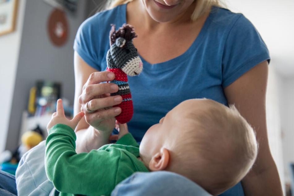 Frauen übernehmen noch immer den Großteil der Kinderbetreuung (Symbolbild).