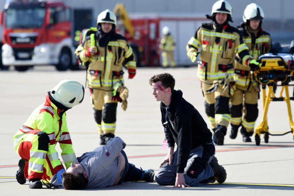 Schauspieler mimten Passagiere, Verletzte, Traumatisierte und Angehörige.