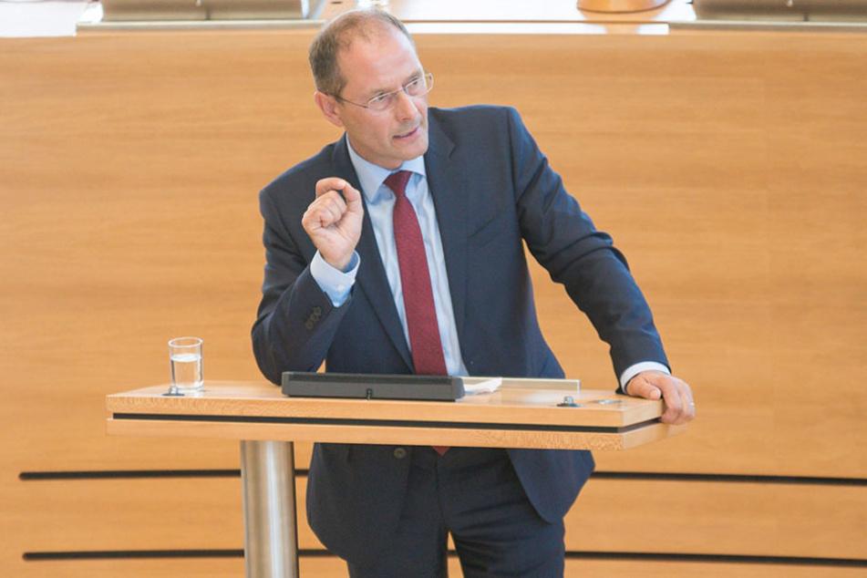 Markus Ulbig (52, CDU) informierte am Dienstag über die Reduzierung der Plätze in den EAE.