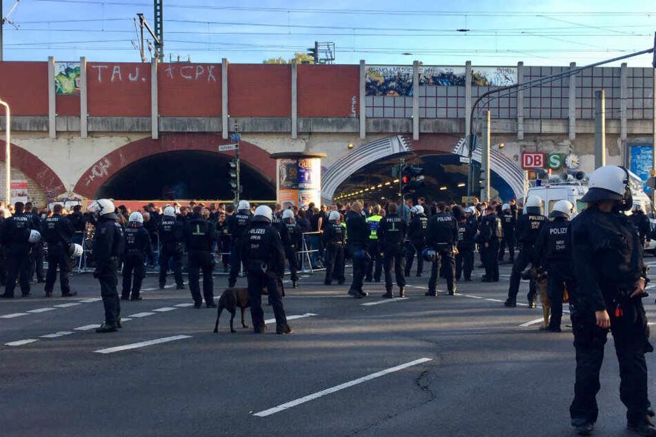 Polizisten bewachen die Heimreise von Gladbach-Fans.
