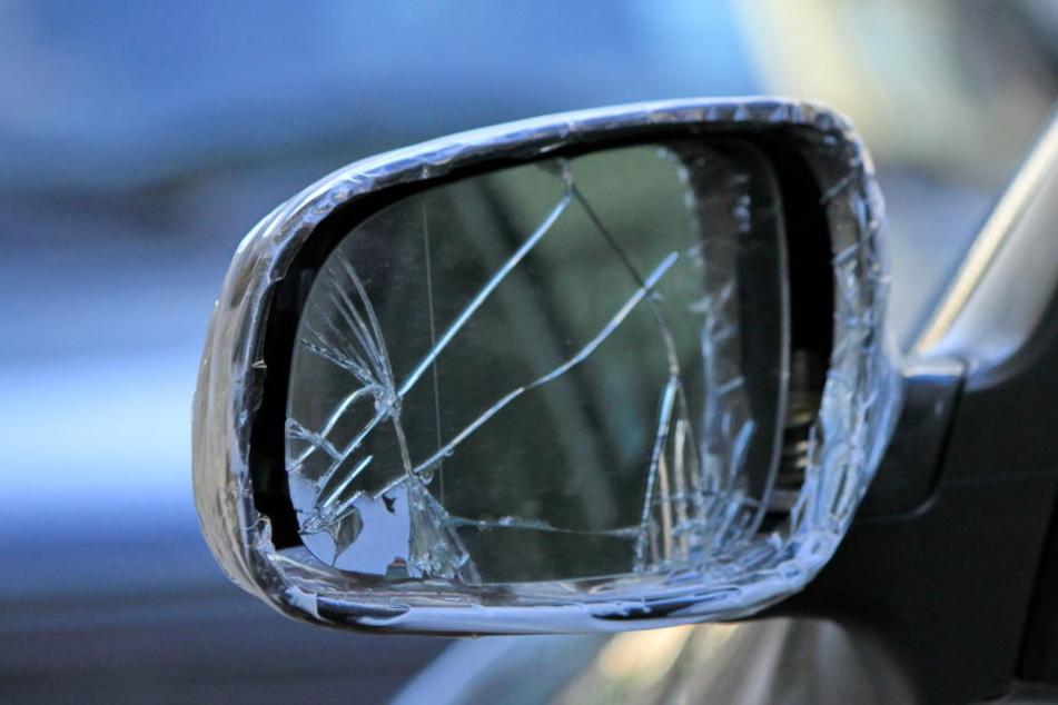 An dem meisten Fahrzeugen waren die Seitenspiegel durch Gewalt abgerissen worden (Symbolbild).