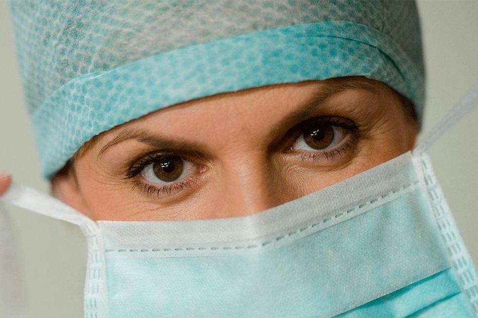 Man kennt ihn aus der Medizin. Auch Asiaten nutzen ihn teilweise: Den Mundschutz. Er hilft den Musliminnen in der Schweiz das Burka-Verbot zu umgehen (Symbolbild).