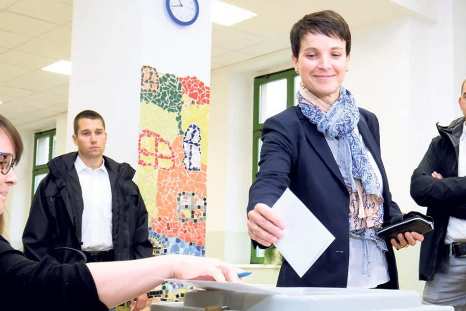 AfD-Chefin Frauke Petry (42) bei der Stimmabgabe in Leipzig. Ihre Partei schnitt besonders in Sachsen stark ab.