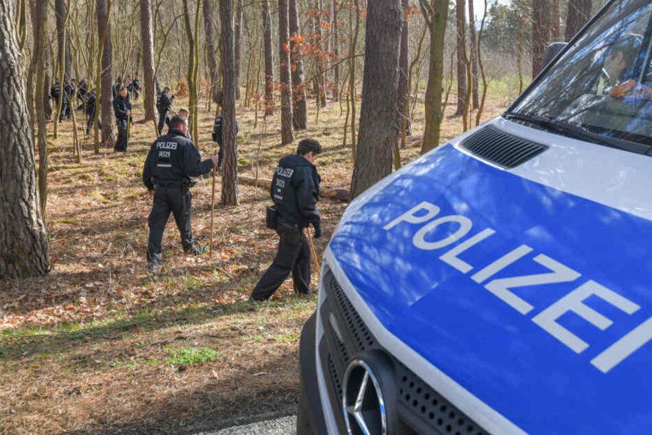 Mit langen Stöckern ausgerüstet waren die Polizei im Wald unterwegs. Die siebenstündige Suche blieb erfolglos.