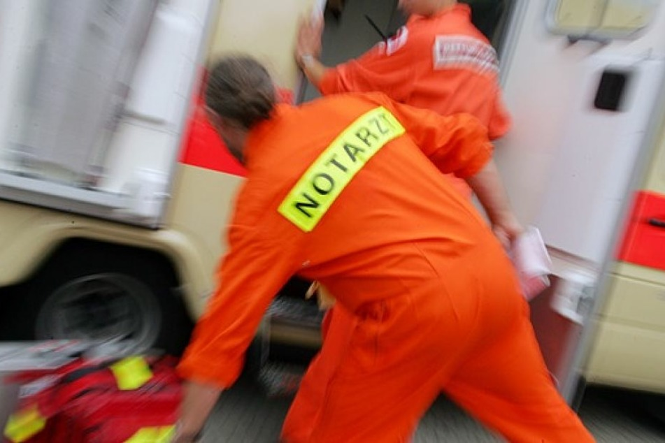 Rettungskräfte kümmerten sich um das verletzte Kind. (Symbolbild)