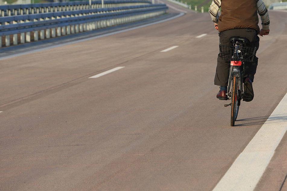 Weil er zu seiner Freundin wollte: 16-Jähriger fährt mit Fahrrad auf Autobahn