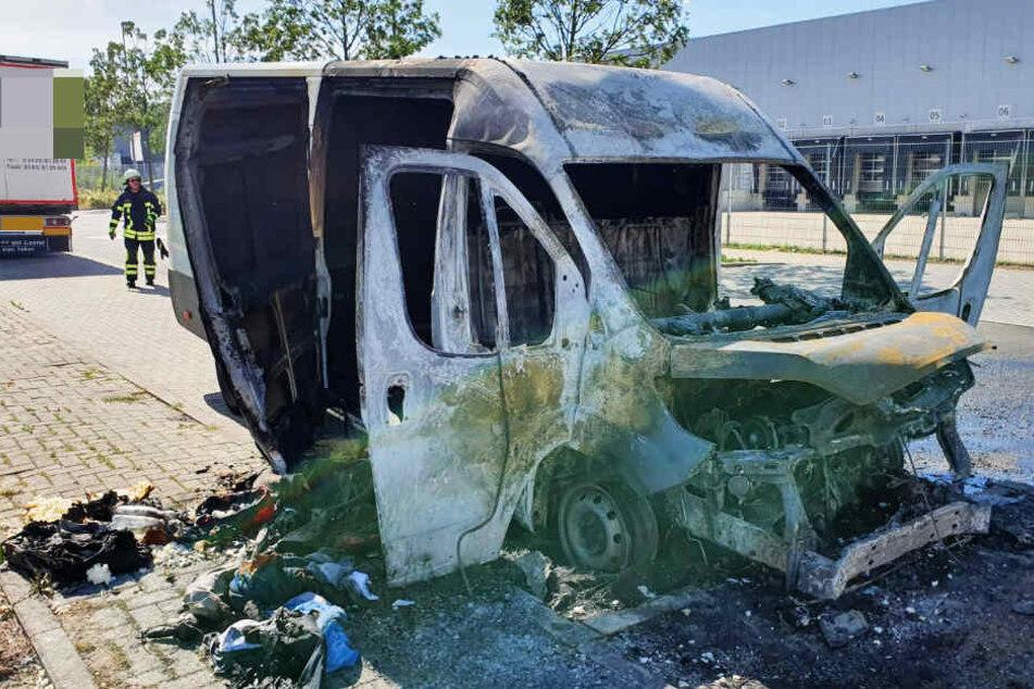 Transporter geht in Flammen auf, eine Person verletzt