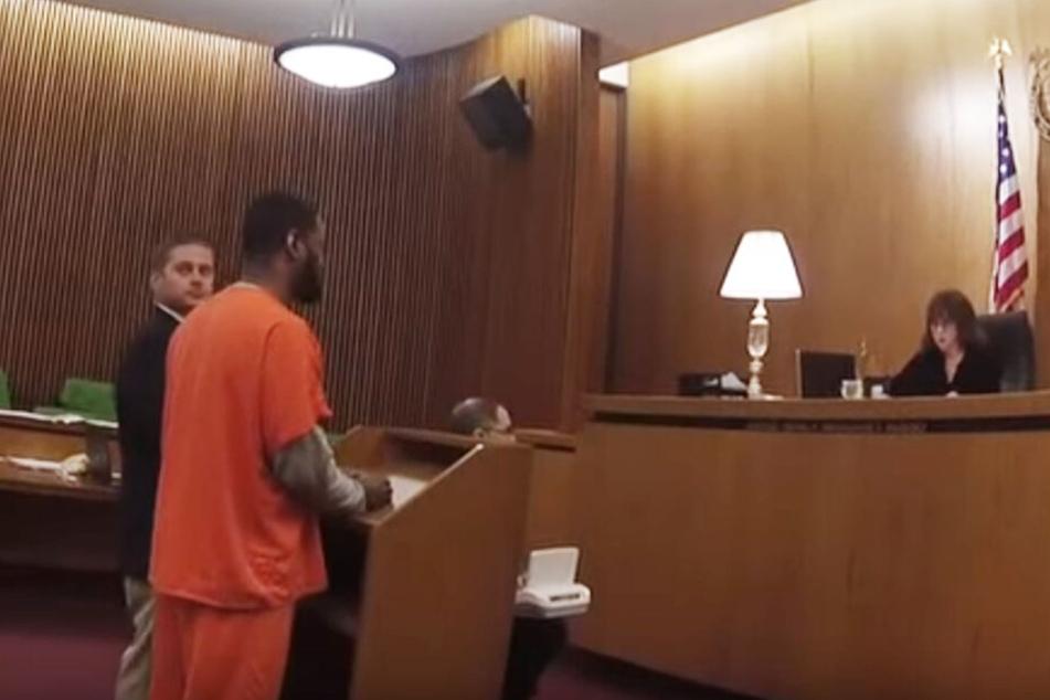 Hier ist noch alles in Ordnung: Anwalt und Angeklagter stehen vor der Richterin.