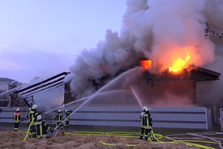 Noch in den frühen Morgenstunden züngelten Flammen aus den Fenstern des Hauses.