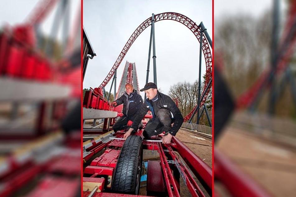 """Bauleiter Thomas Nopper (l.) und Industriemechaniker Marco Wilhelm (28) arbeiten an der neuen Super-Achterbahn """"Dynamite"""" im Freizeitpark Plohn."""