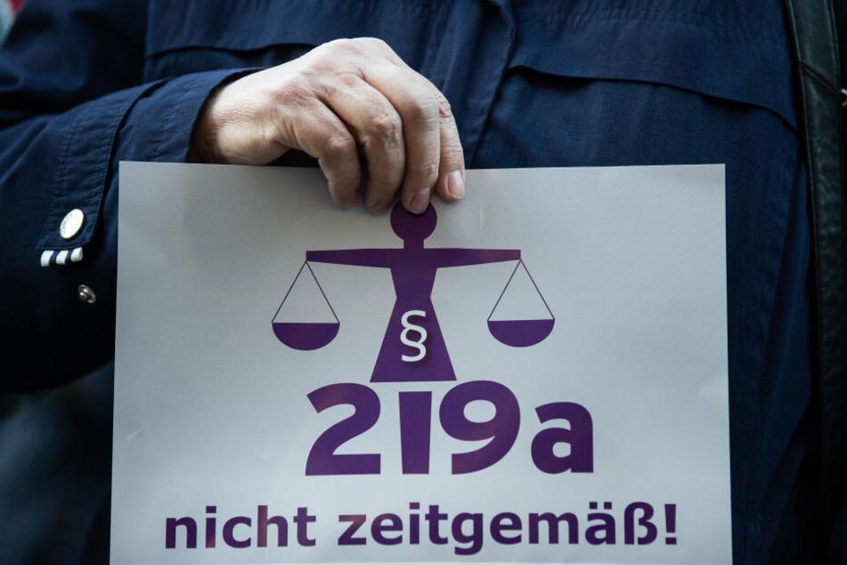 Bereits seit langem wird gegen den Paragrafen 219a demonstriert.