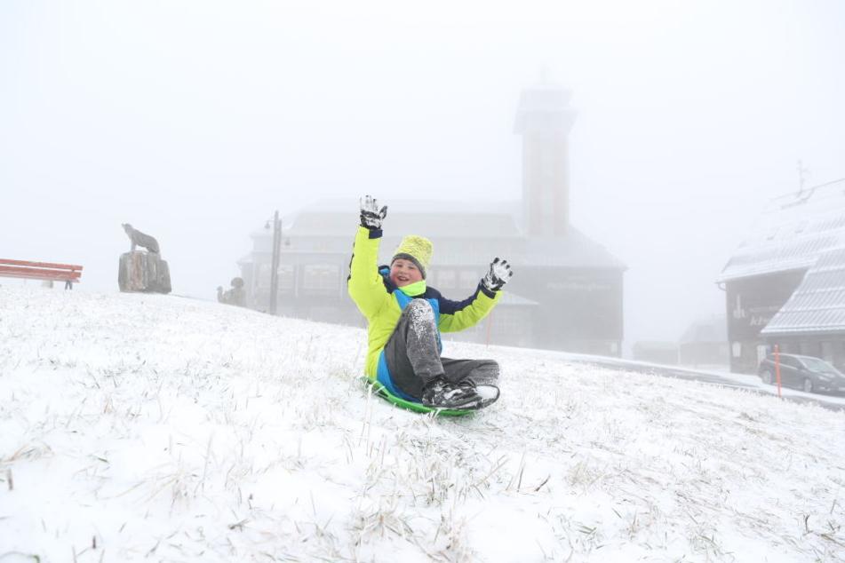 Der Schnee reicht sogar schon für eine Runde Schlittenfahren.