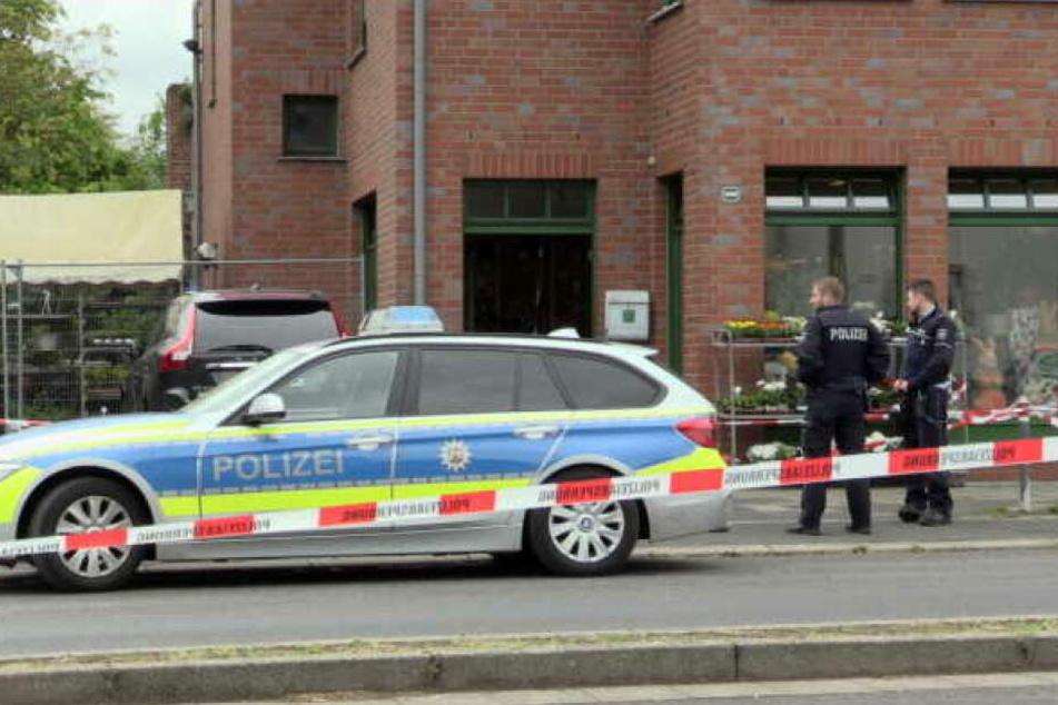 Die Polizei sperrte den Tatort in Neuss großräumig ab.