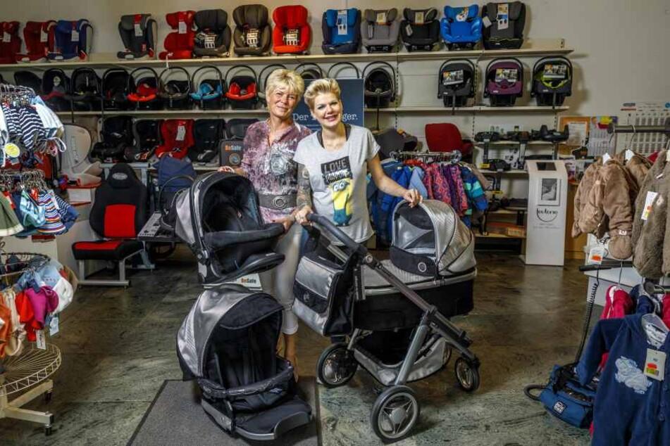 Die schwangere Melanie Müller (29, re.) holt sich zusammen mit ihrer Mutter Gabriela einen Kinderwagen ab.