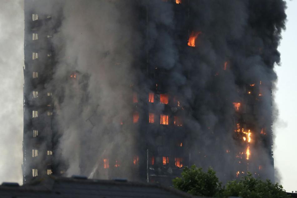 Das Hochhaus steht komplett in Flammen.