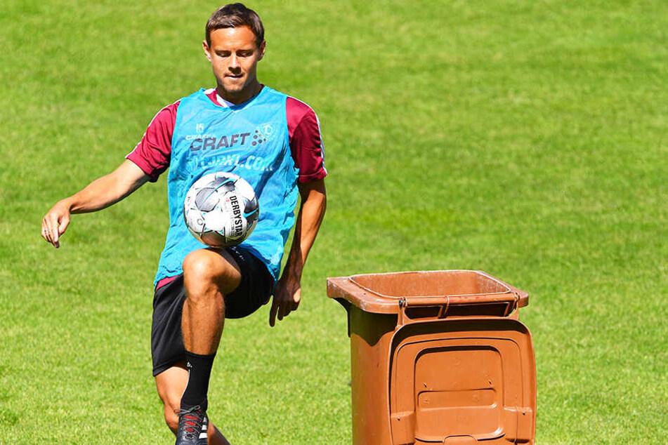 Chris Löwe hatte keine Probleme, den Ball beim Trainingswettbewerb in der Tonne zu versenken.