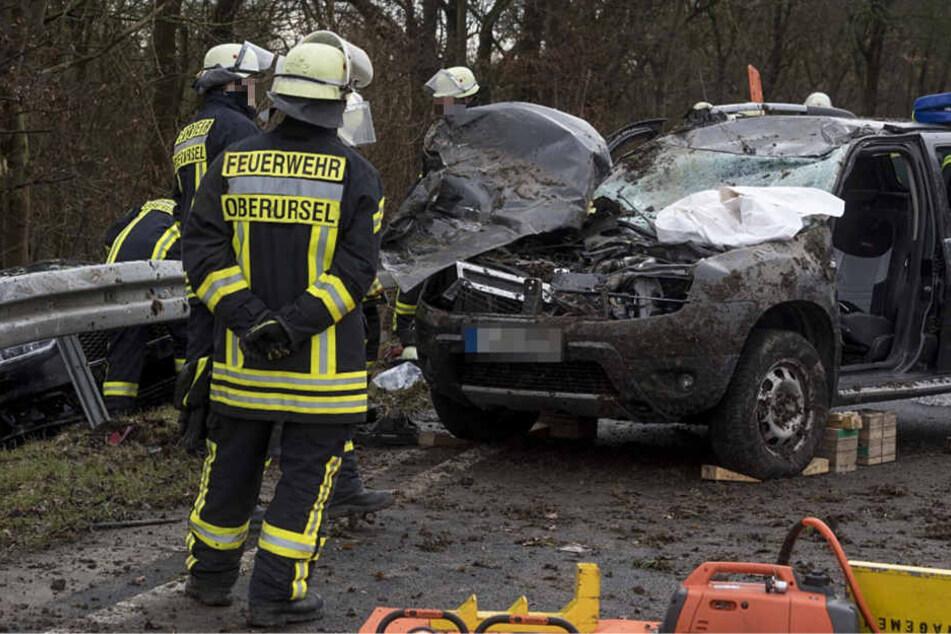 Der Fahrer des Geländewagens wurde durch den Aufprall in seinem Auto eingeklemmt.