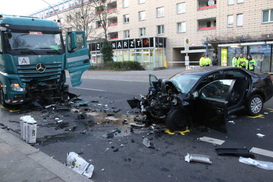 Berlin: Schwerer Frontal-Crash mit Lkw: VW-Fahrerin stirbt in Tegel