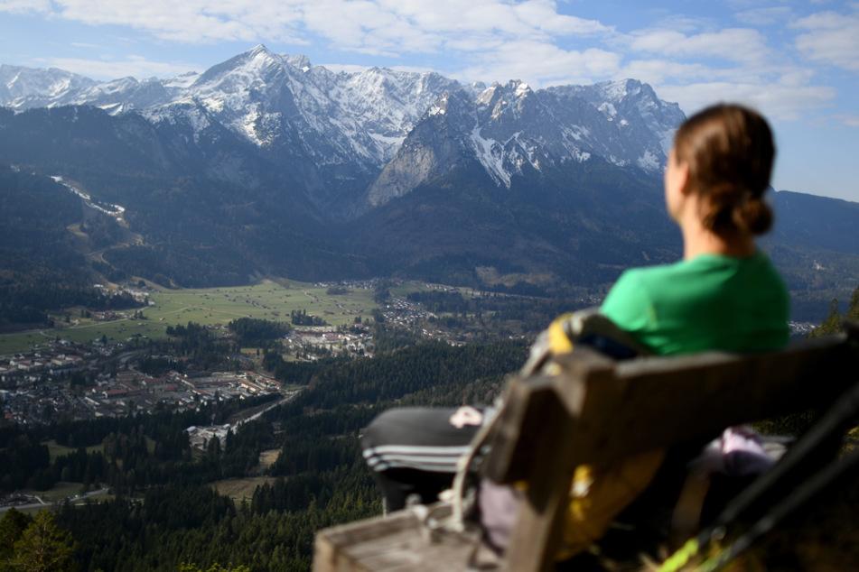 Die Gipfeln des Wettersteingebirges, in der Mitte ist das Dreieck der Alpspitze zu sehen und rechts die Zugspitze.