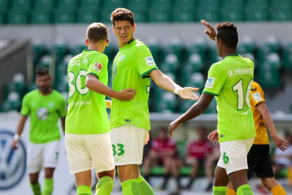 Mario Gomez (2.v.l.) gab ein starkes Debüt und traf zum 1:0 für den VfL.