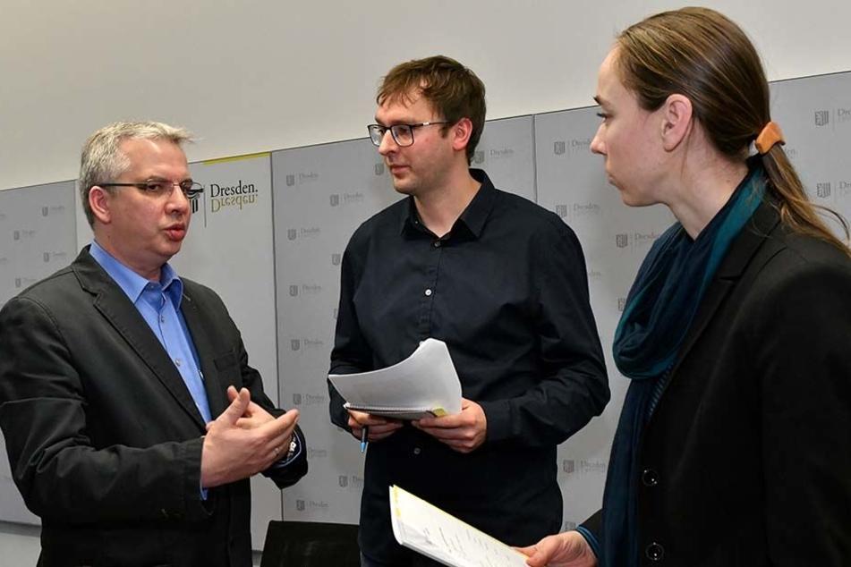 Gesundheitsbürgermeisterin Kristin Kaufmann (41, Linke) und Gesundheitsamtsleiter Jens Heimann (46, li.) im Gespräch mit MOPO-Reporter Hermann Tydecks (34).