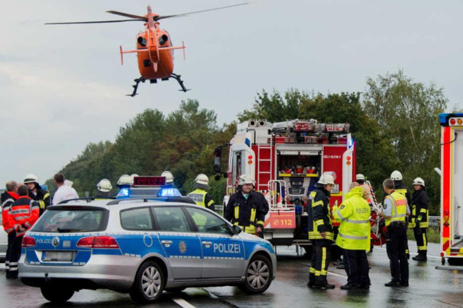 Auto rast unter Tanklaster: Rettungshubschrauber im Einsatz