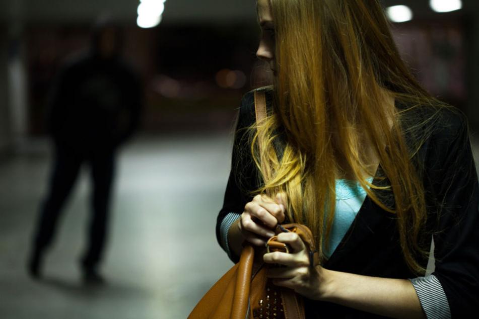 Am helllichten Tage: Maskierte überfallen Frau (36) mit vorgehaltener Waffe