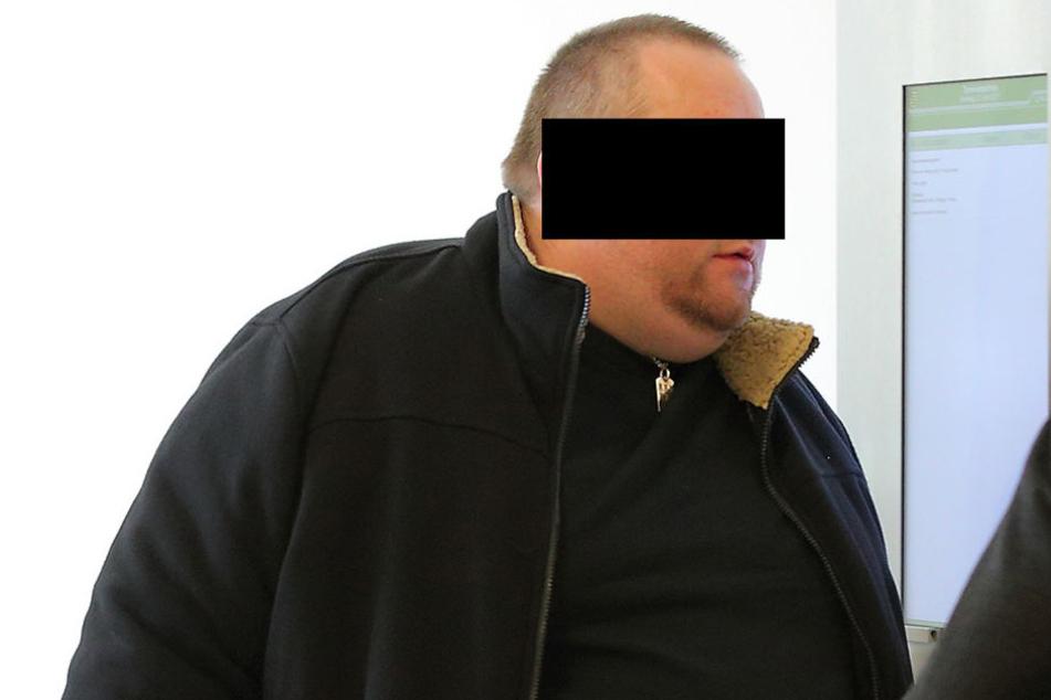 Damit er Computerspiele zocken kann, erpresste Ingmar K. (37) eine Dresdnerin mit ihren Nacktbildern.