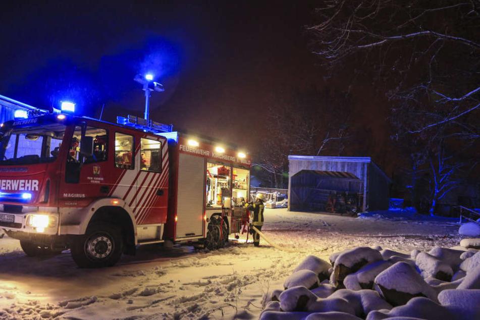 Die Feuerwehr hatte bei der Anfahrt auf den verschneiten Straßen Schwierigkeiten.