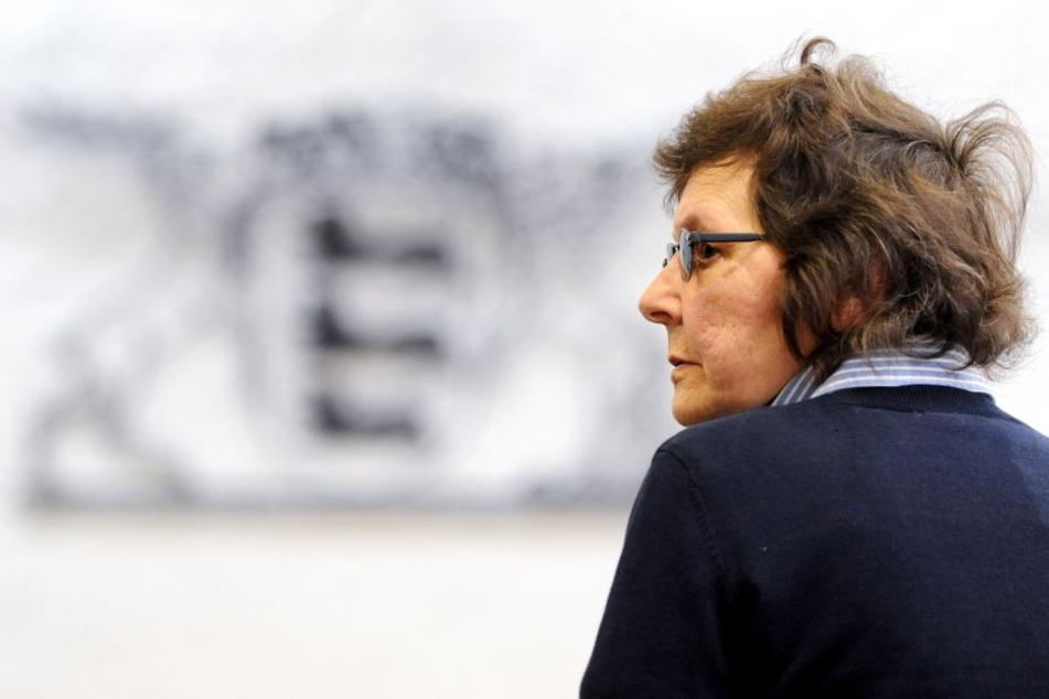 Die ehemalige RAF-Terroristin Verena Becker steht in eine Gerichtssaal des Oberlandesgerichts in Stuttgart. (Archivbild)