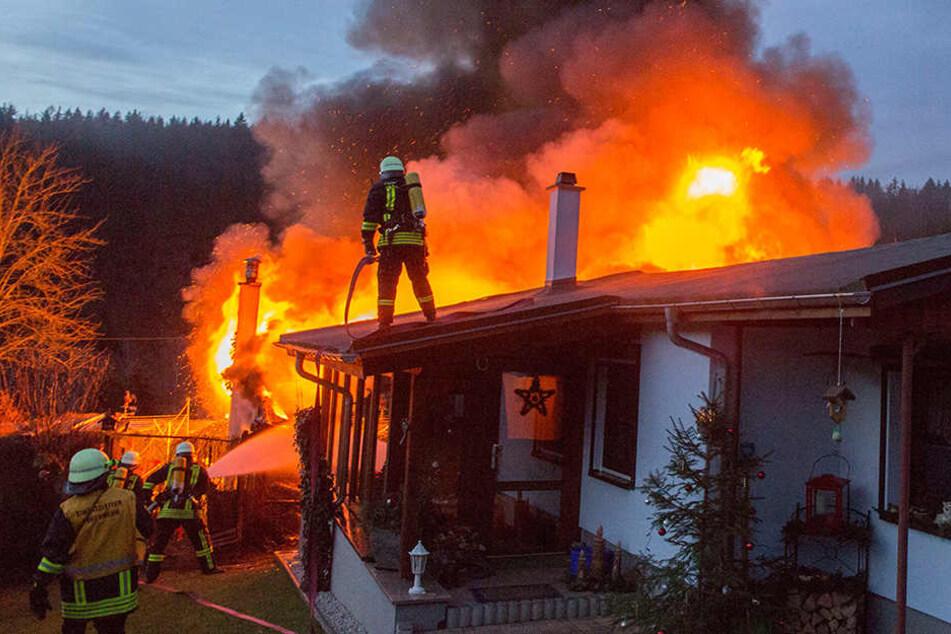 Meterhohe Flammen: Heftiger Brand wütet in Gartenanlage